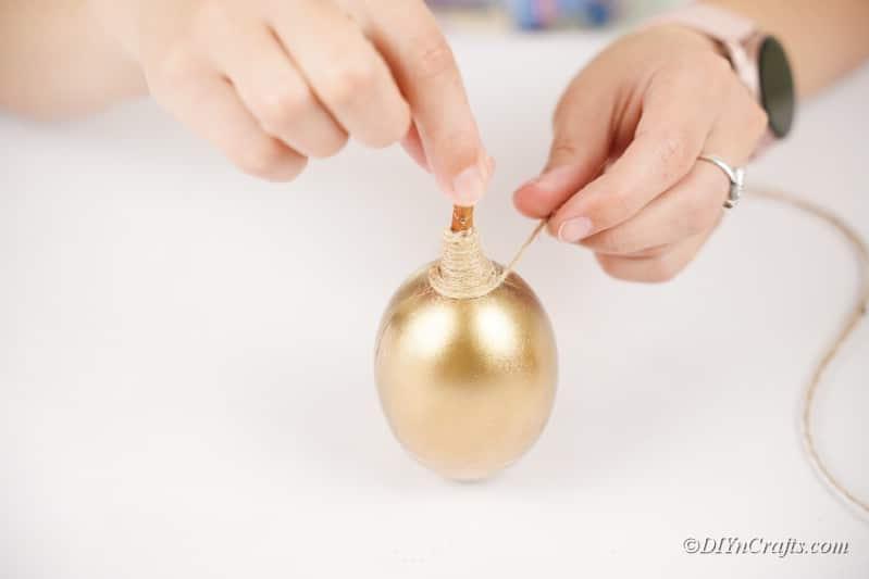 Altın bir zanaat kadının ellerine sicim eklemek