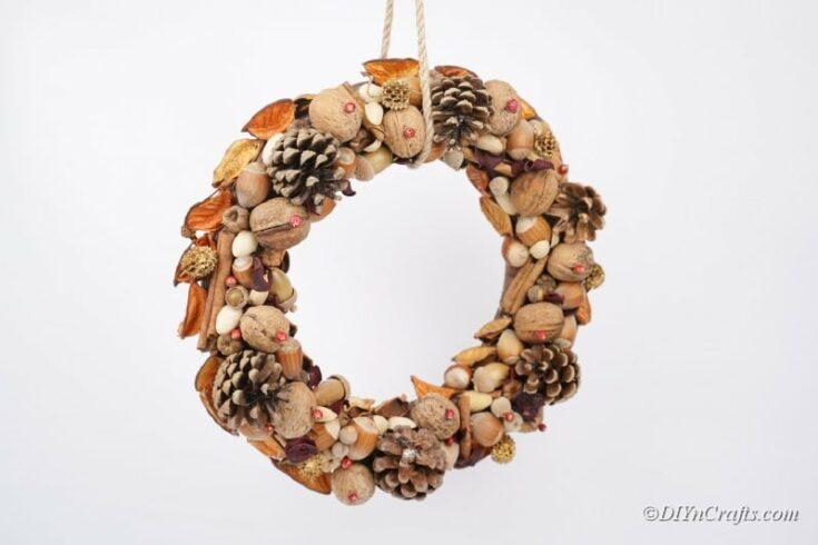 Rustikaler Herbstkranz mit natürlichen Elementen