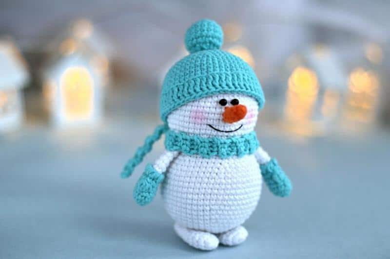 Amigurumi snowman on table