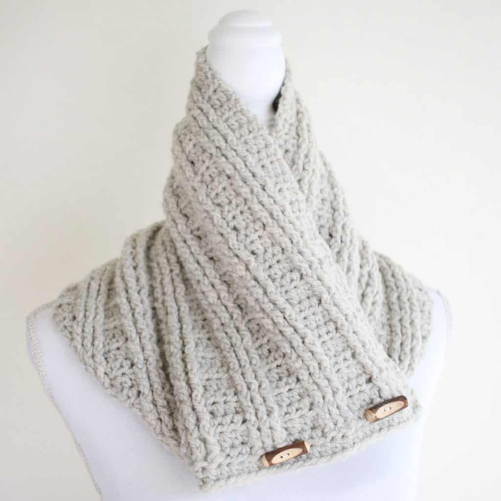 Cowl with toggles