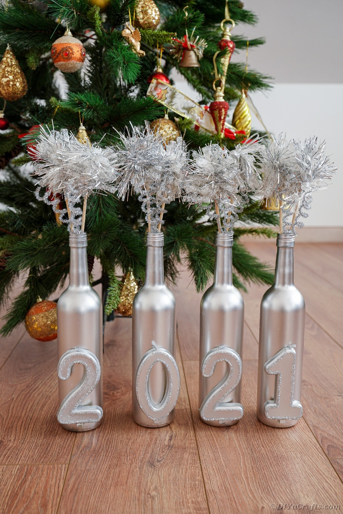 Decorazione della bottiglia di vino davanti all'albero