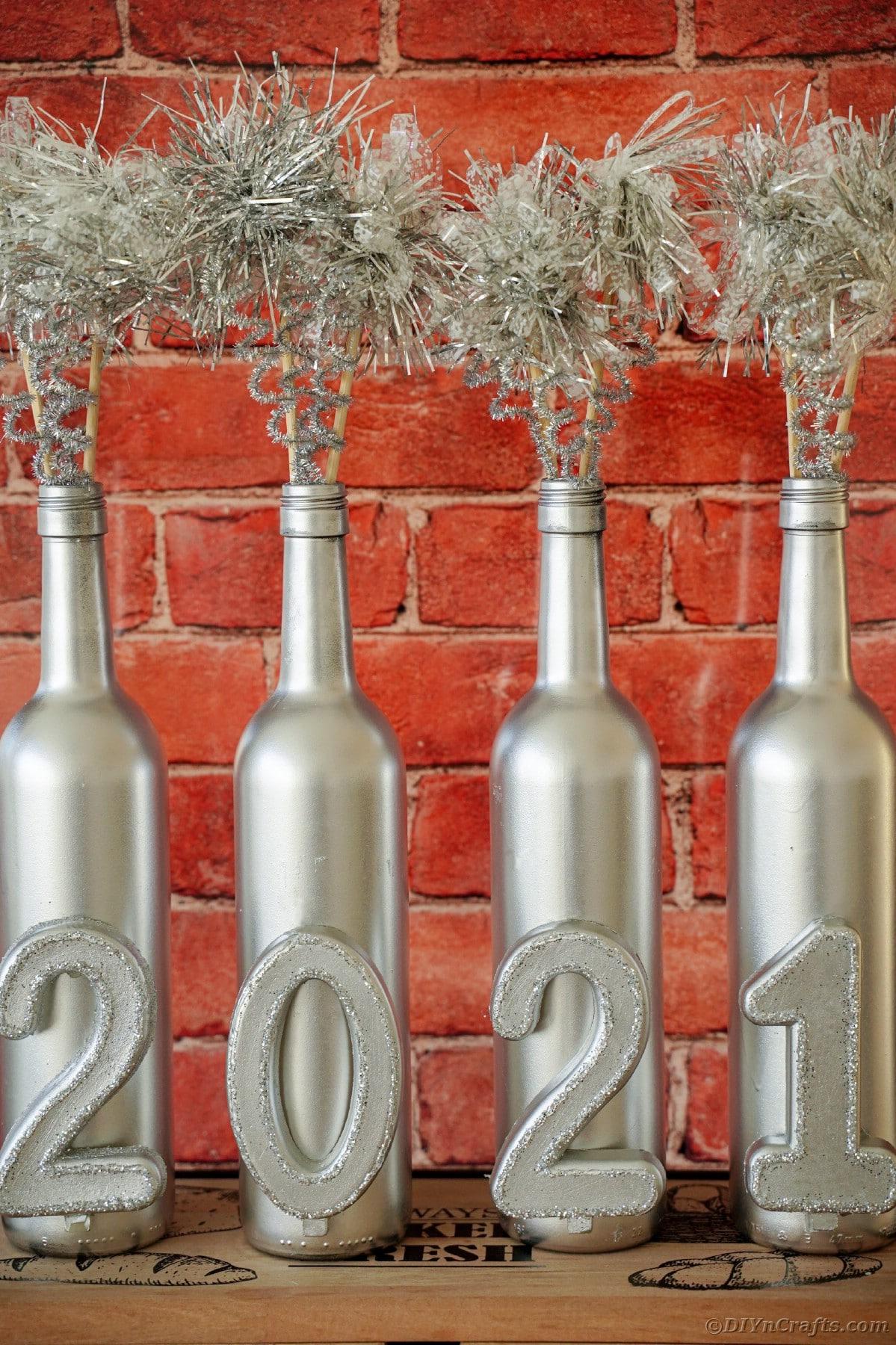Bottiglie di vino in argento di mattoni rossi