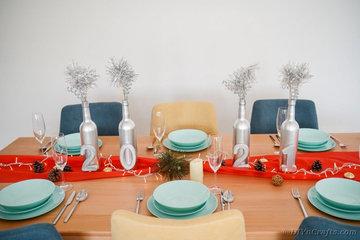 Decorazioni di Capodanno sul tavolo