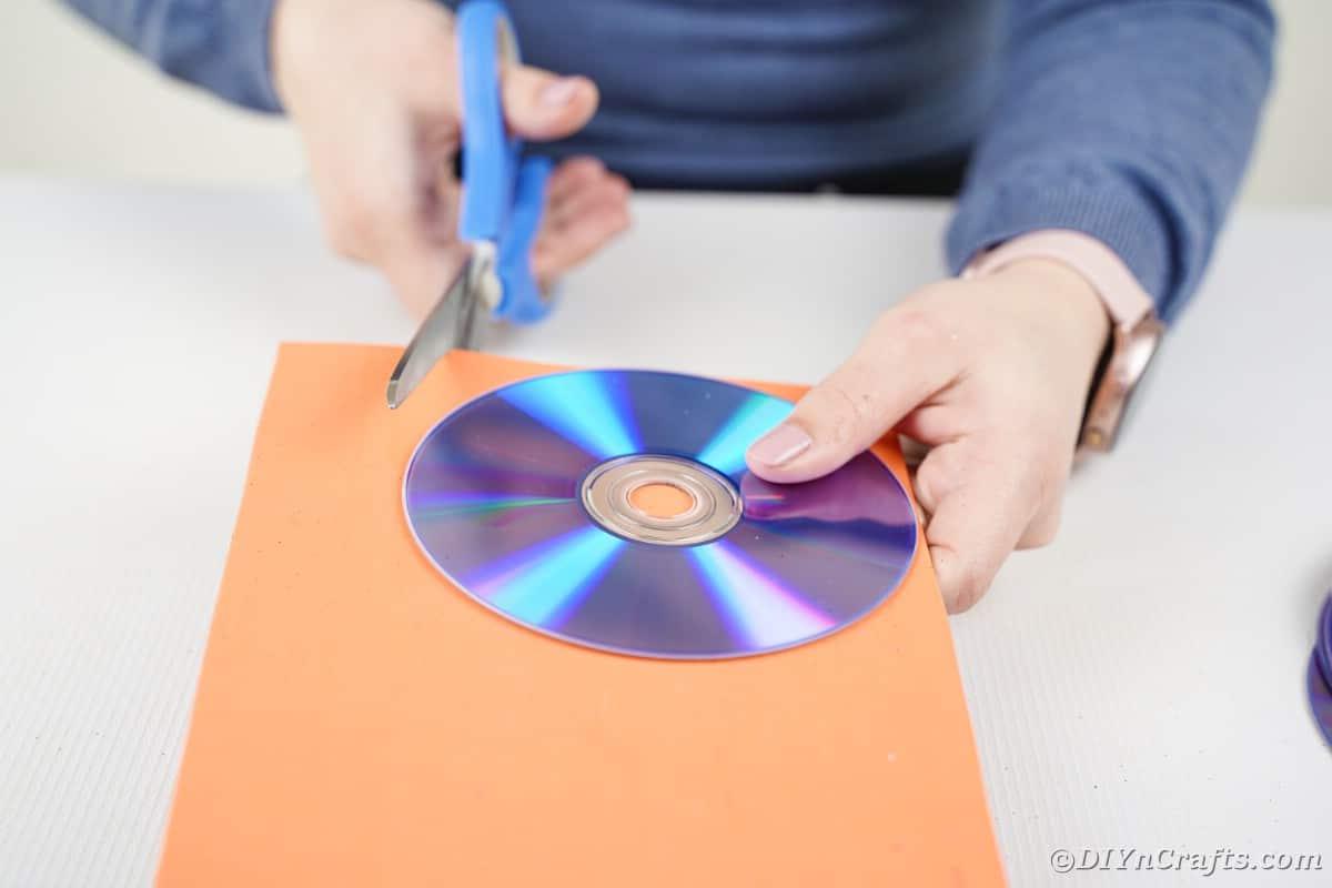 Donna che taglia la carta espansa intorno al cd