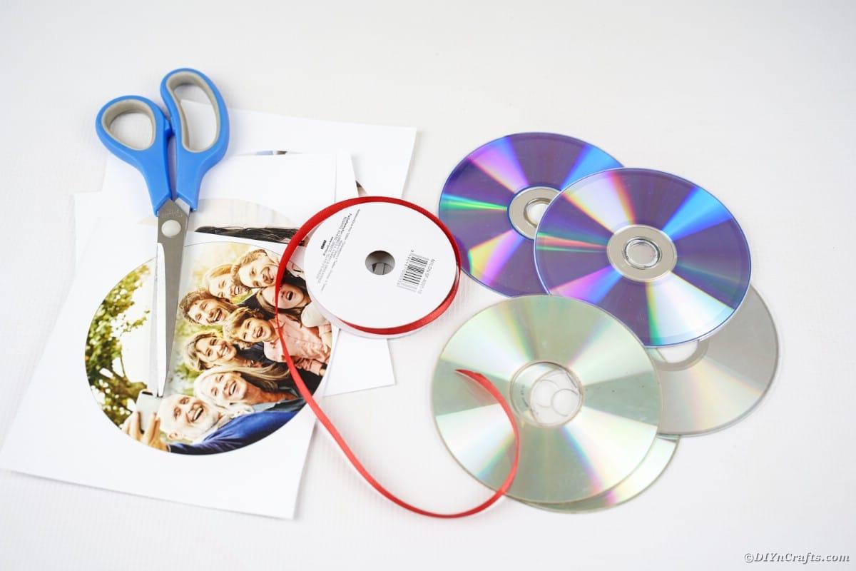 Forniture per la posa del nastro fotografico sul tavolo bianco