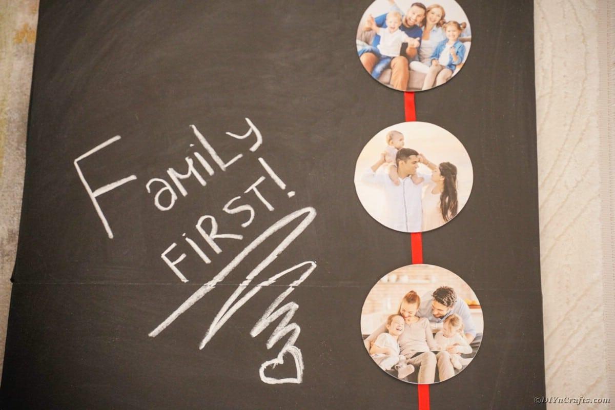 Nastro fotografico sulla lavagna che dice prima famiglia