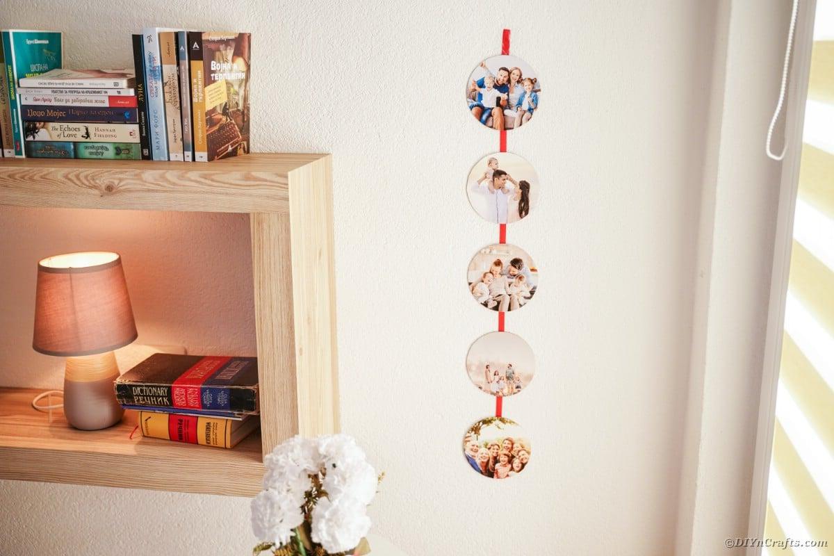 Nastro con foto sul muro accanto alla mensola in legno