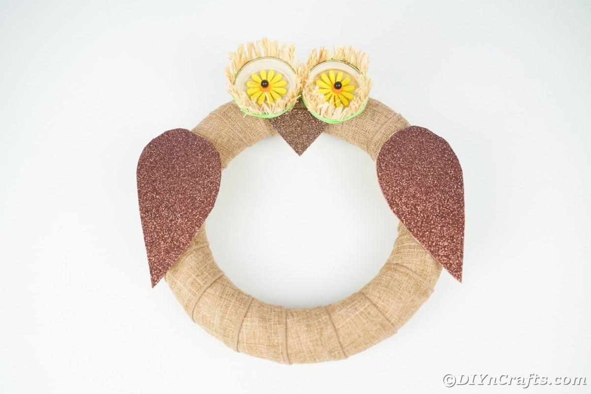 Coroa de coruja de serapilheira na mesa branca