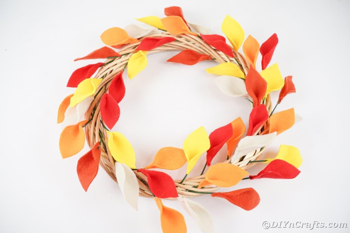 Coroa de folhas de outono na mesa branca