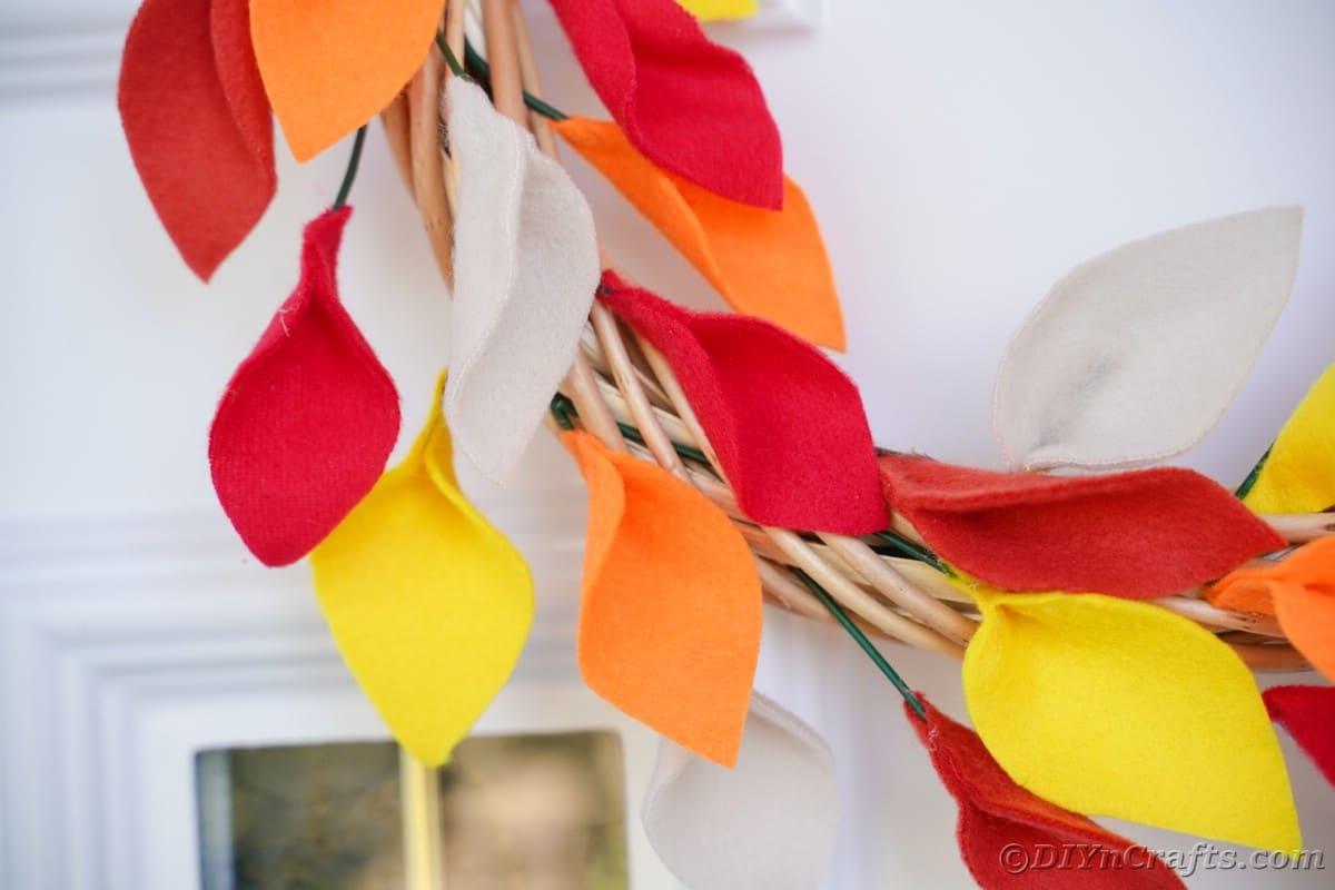 Imagem aproximada de folha de outono com porta branca