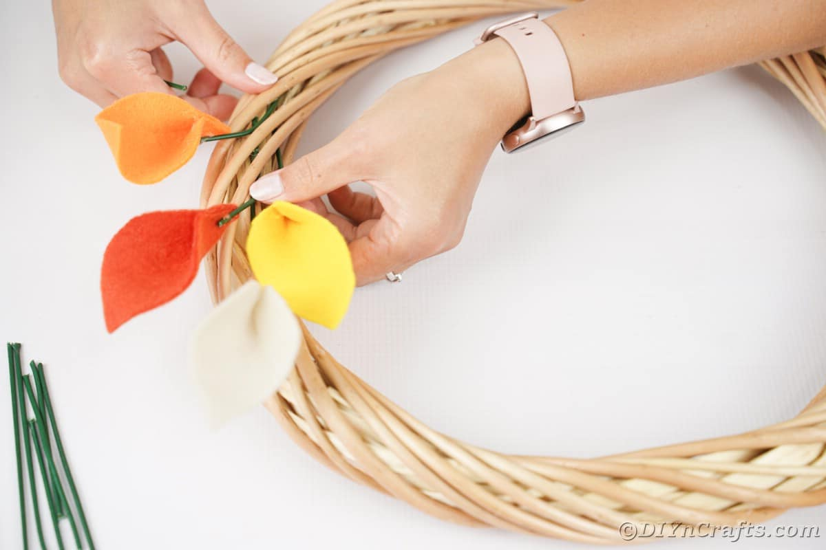 Colocando folha de arame floral na guirlanda
