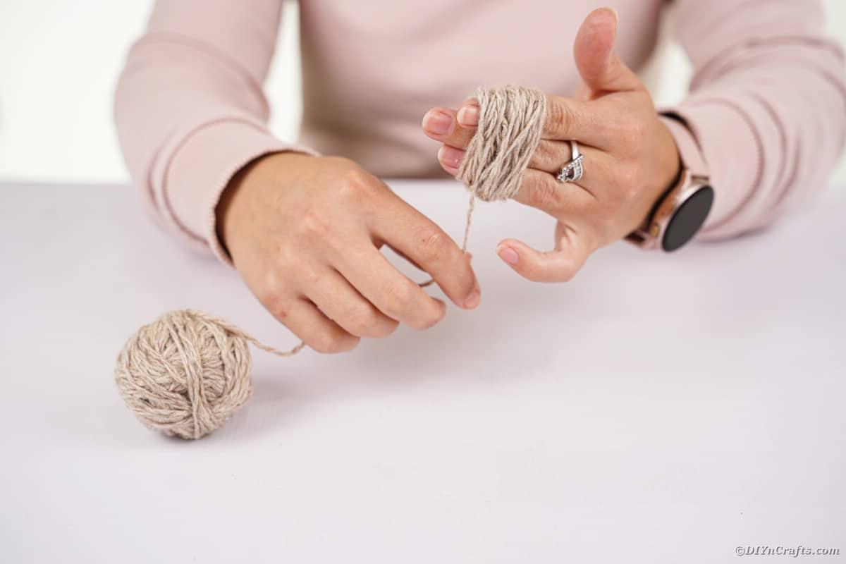 Donna che avvolge il filo intorno alla mano