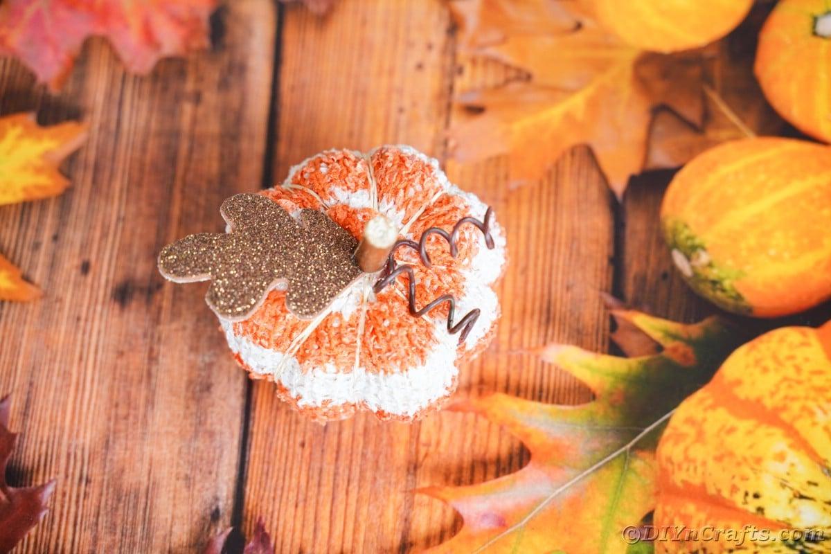 Abóbora listrada de laranja e branco em papel com tema sazonal